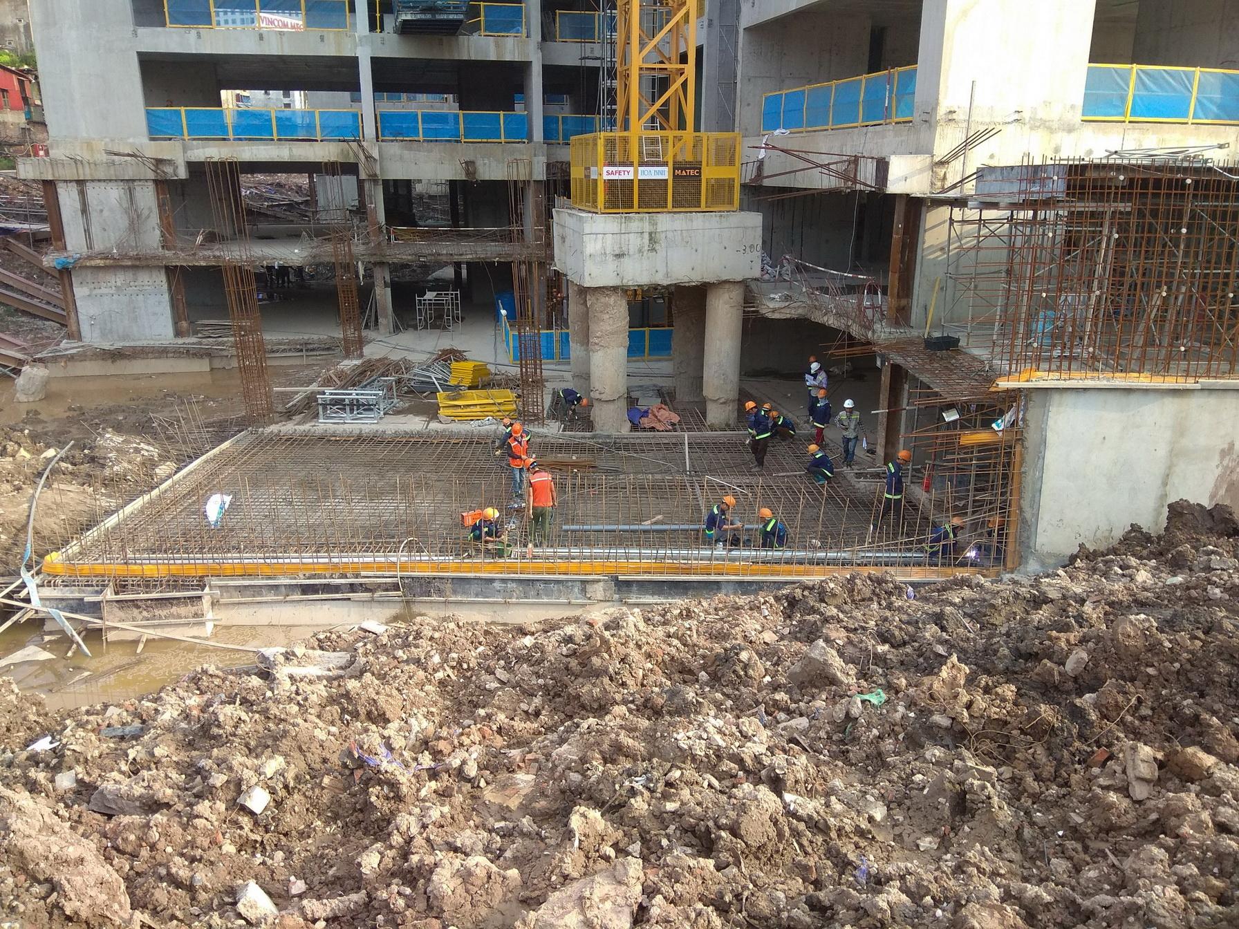Khu nhà A đang thi công sàn tầng 3 zone 1, sàn tầng 2 zone 2.