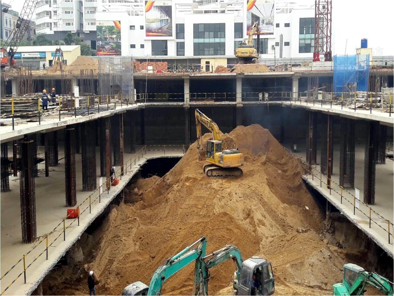 Mỗi ngày khoảng hai trăm công nhân tiến hành xây dựng dưới hầm dự án.