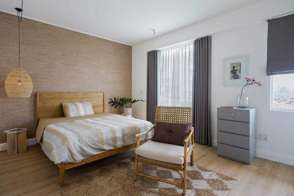 Với tinh thần nhiệt đới hiện đại, phòng ngủ cũng được bài trí bằng gam màu trung tính tự nhiên và các chất liệu mộc
