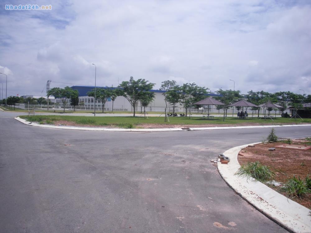 Đường 27m và đường 30m tại khu đất dịch vụ Vạn Phúc