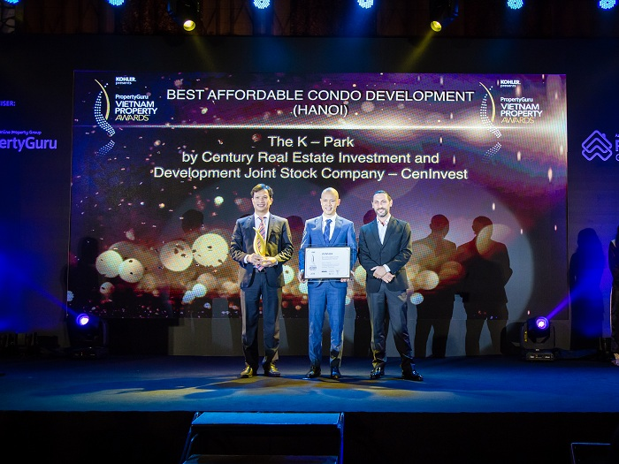 Đại diện CĐT CenInvest lên nhận giải