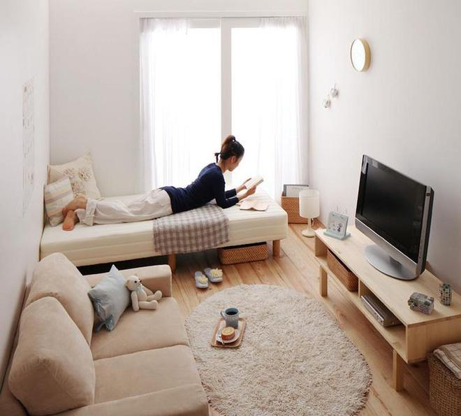 Phòng khách nhỏ vẫn vô cùng đầy đủ và đáng yêu kế tiếp với giường nằm nghỉ ngơi nhờ trang trí thông minh.