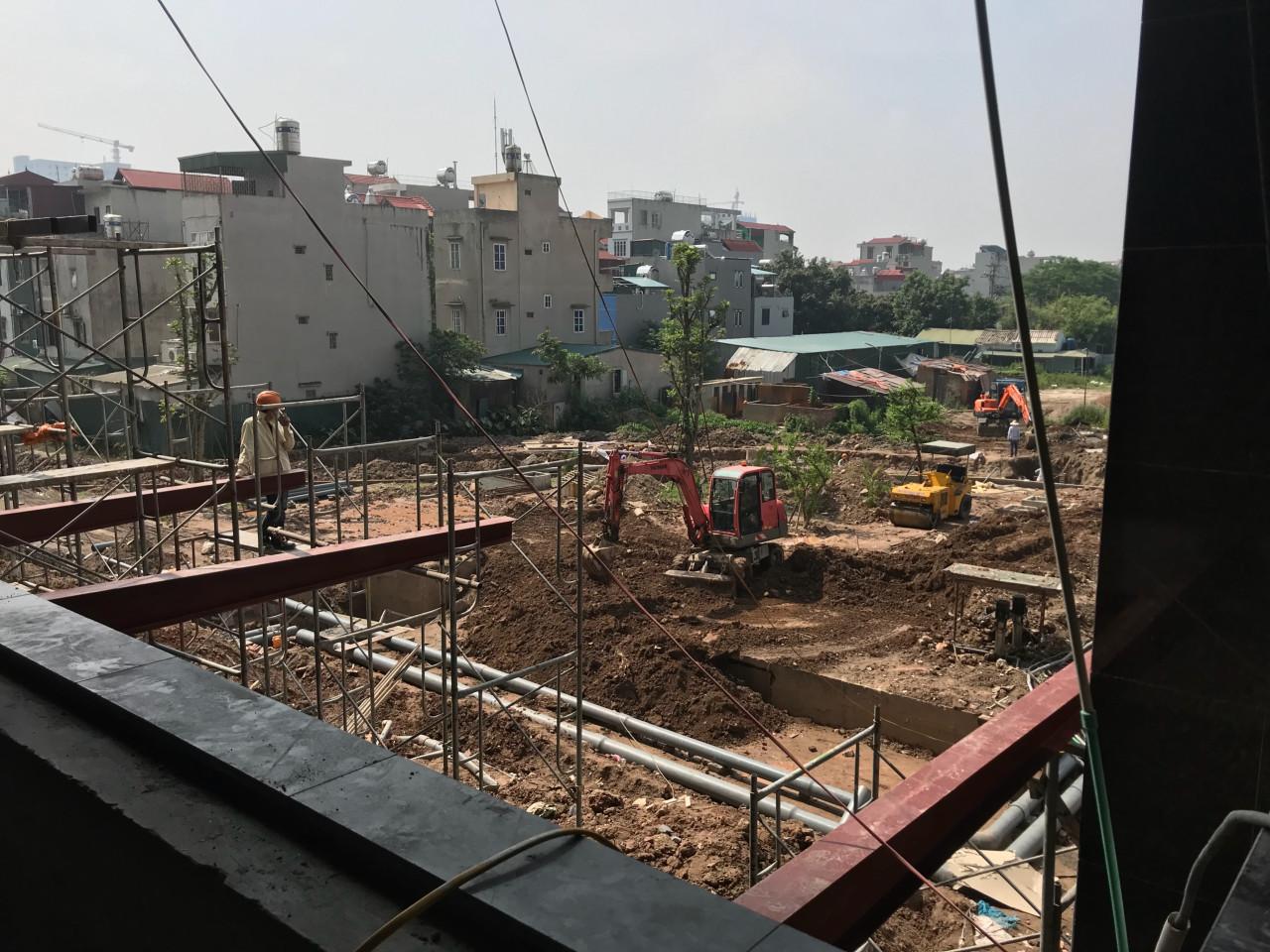 Hệ thống ống nước cung và thoát tổng đã được lắp đặt hoàn thành và đang được chôn lấp.